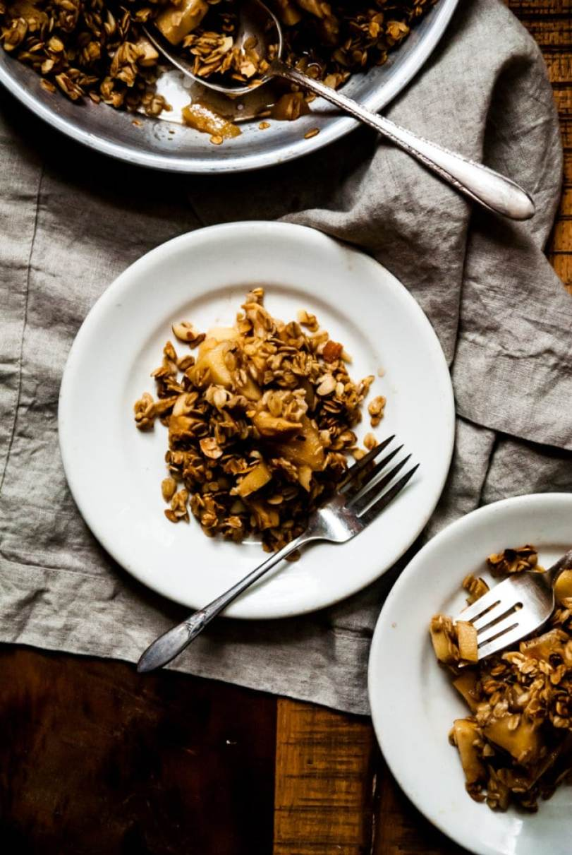 Apple Almond Crisp- The best flavors of the season, apples and almonds, come together in a hearty and sweet vegan apple crisp!