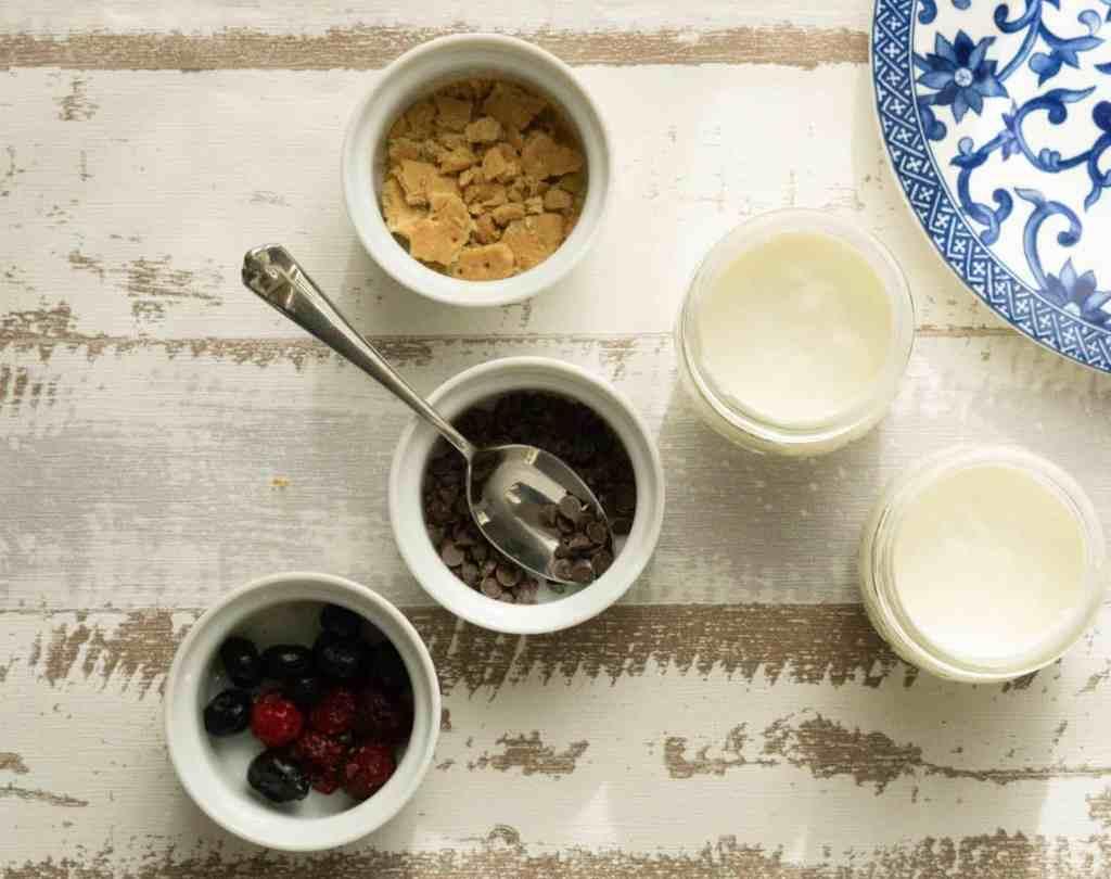 greek yogurt in jars with mix ins