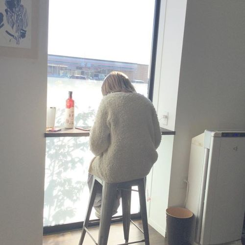 ..HEARTYの待合いのカウンター席はカフェのような感覚でくつろげる空間になっています️ 充電器もご用意しているので、付き添いの方も快適にお待ちいただけます! HEARTYのstaffも朝からカウンターで勉強したりと快適な時間を過ごしています️