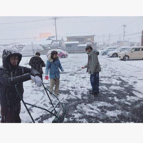 雪が本格的に降り始めてきました!誠に勝手ながら本日の営業はpm7:00までとさせていただきます!明日は定休日ですのでまた水曜日からお待ちしております#hearty#takasaki