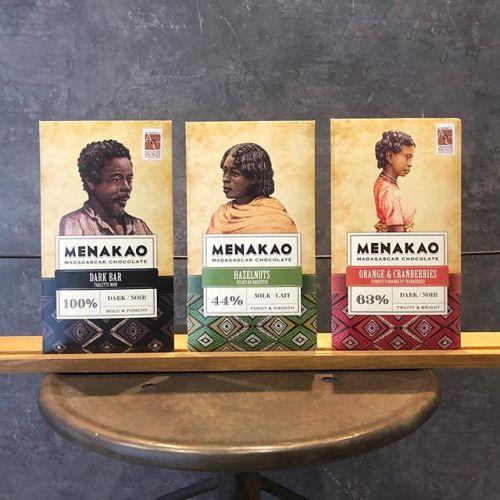..バレンタインにぴったり♡.マダガスカル産のチョコレート「MENAKAO」(メナカオ)が入荷しました.農薬や肥料を使わない安全なカカオ豆。風味豊かなフレーバーが魅力のチョコレート💭.様々なフレーバーをご用意しておりますので、気になる方はぜひお買い求め下さい♡.1枚目の3種類は 810円(税込)2枚目の4種類は 378円(税込).