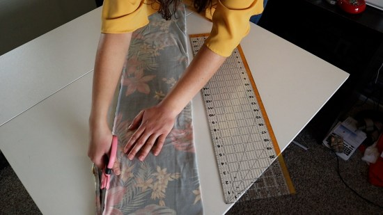 Step 4 how to make pregnancy clothes folding cutting fabric at a slant