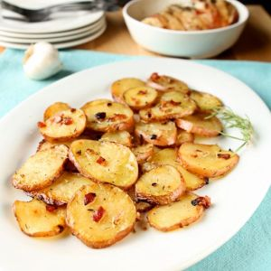 Bacon Garlic Roasted Potatoes | Flavorful roasted potatoes featuring bacon, garlic, thyme and rosemary. Super easy and delicious! | heavenlyhomecooking.com