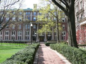 1280px-Columbia_University_College_Walk_Court_Yard_01