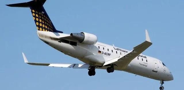 מטוס בדרך לנחיתה בשדה תעופה