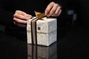 לתת מתנה