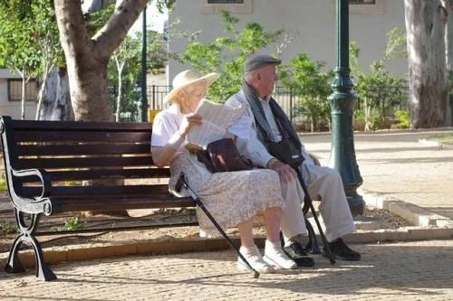 זוג זקנים יושבים על ספסל