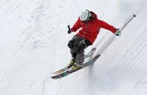 גבר עושה סקי