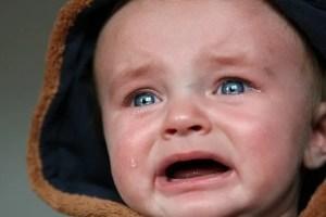 תינוק עצוב ובוכה