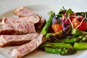 בשר וירקות ואספרגוס