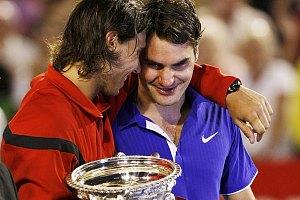 Nadal abraza a Federer y lo felicita