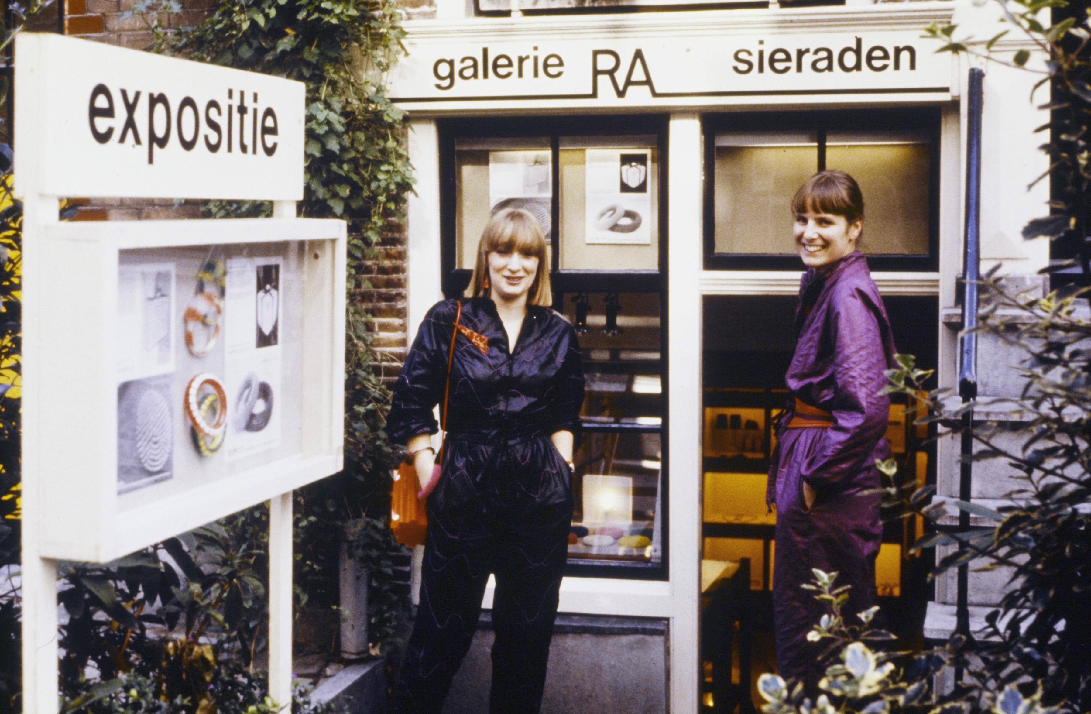 Galerie Ra, gevel Lange Leidsedwarsstraat 178, Marga Staartjes, Maria Hees, gevel, portret, Amsterdam