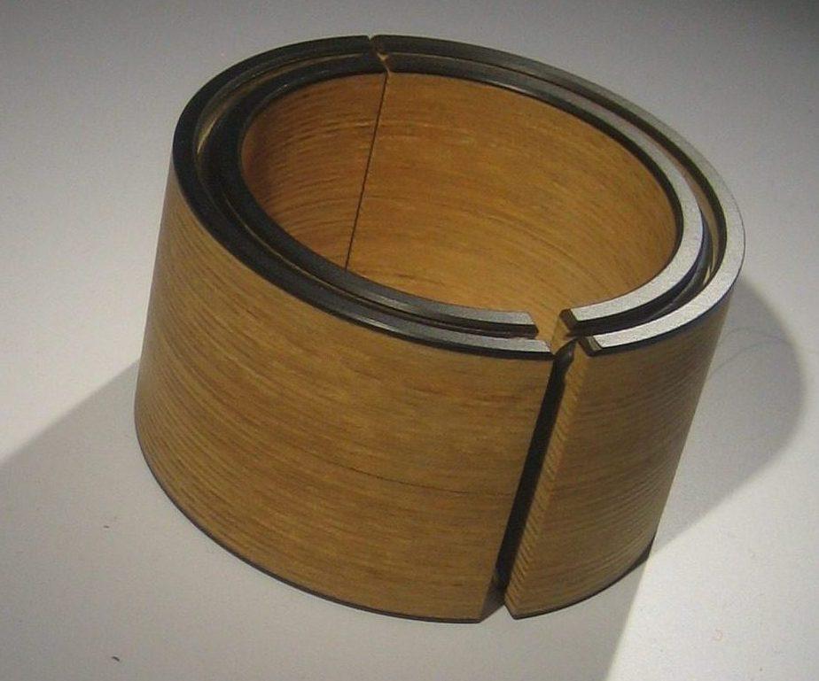 Bruno Ninaber van Eyben, armband, hout, 1977. Sieradenpresentatie lockers, Collectie Centraal Museum, 20753, hout