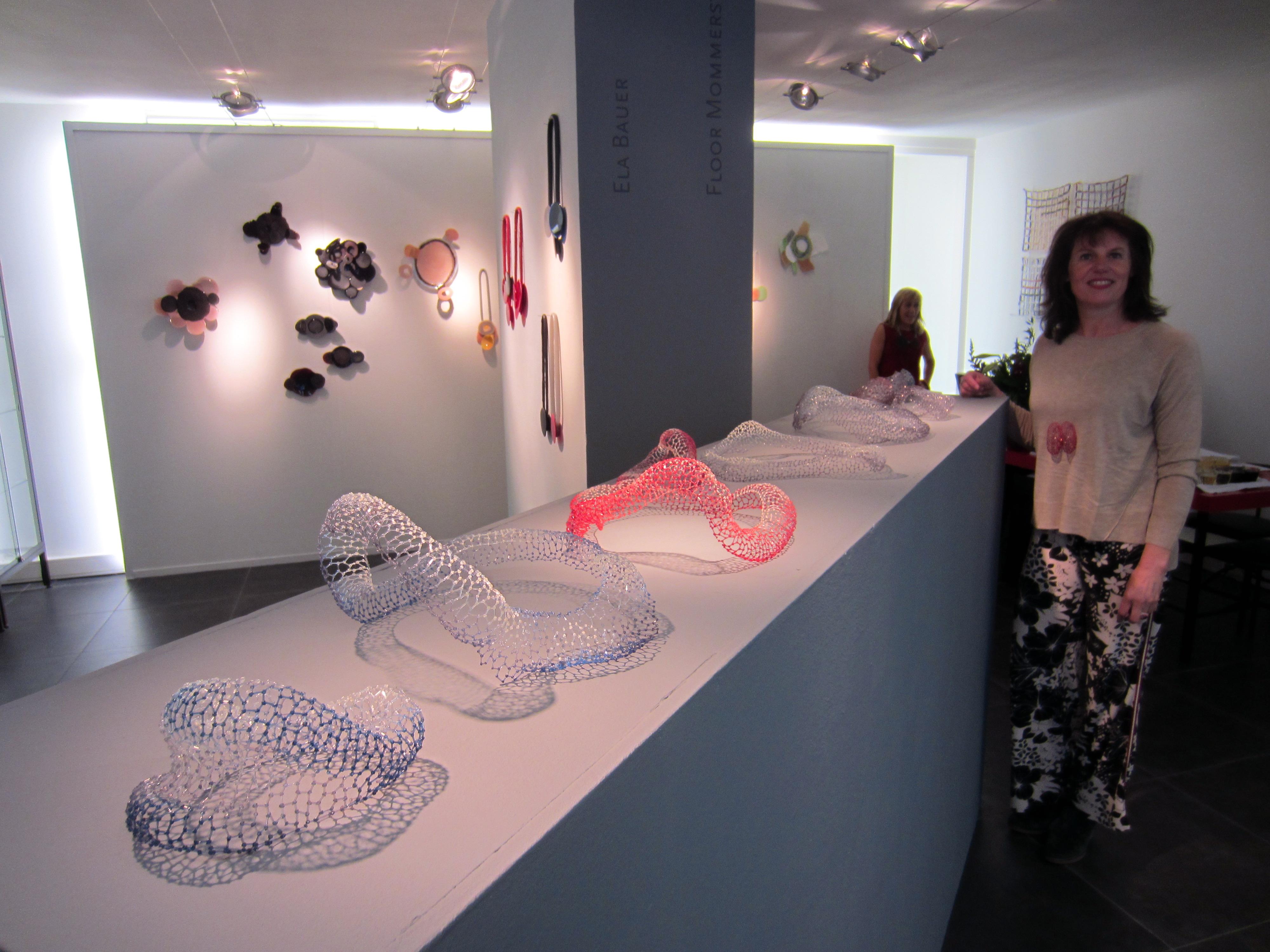 Floor Mommersteeg in Galerie Ra, 2016, portret, tentoonstelling, Ela Bauer, objecten, halssieraden