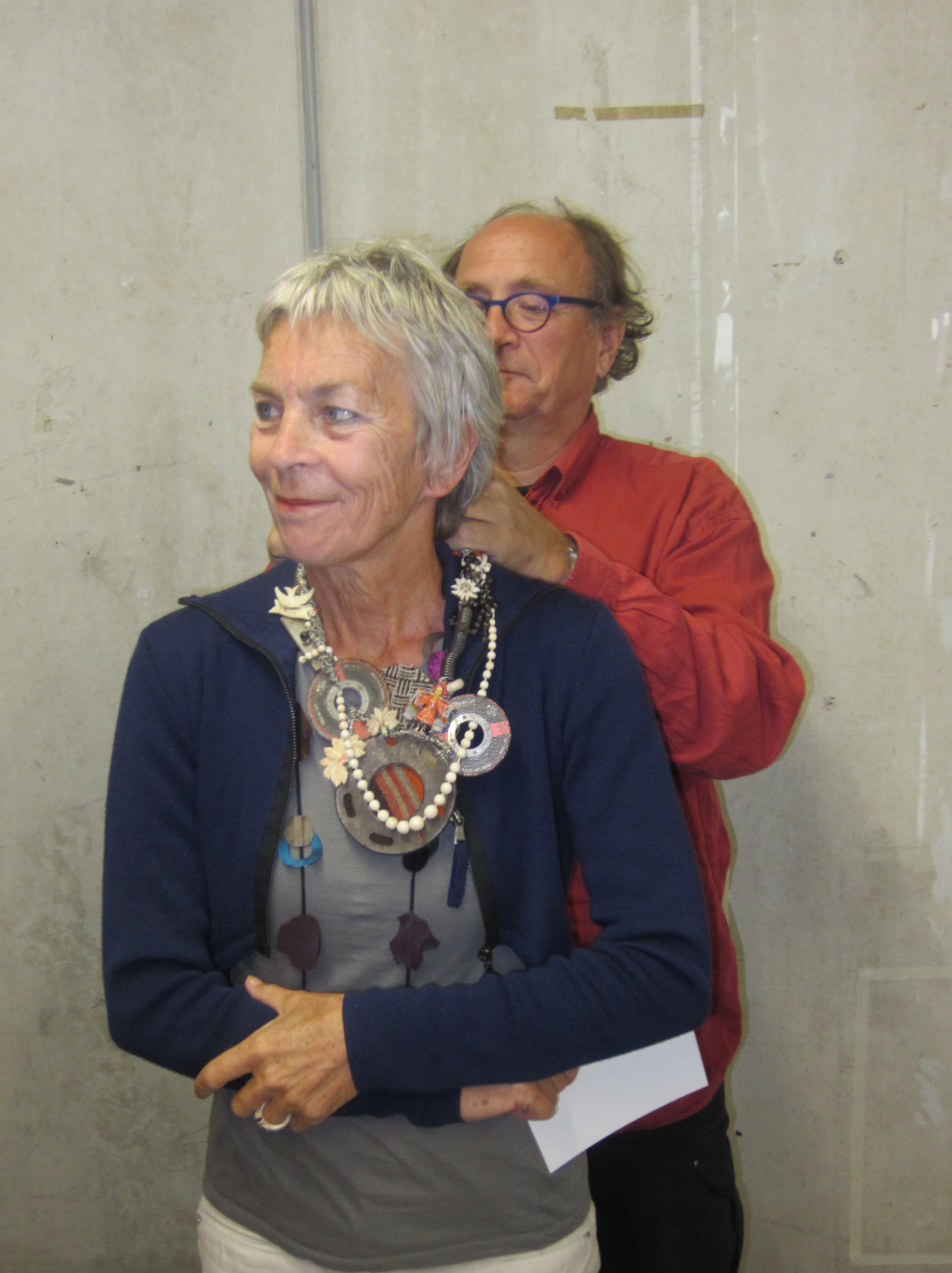 Rian de Jong met een halssieraad van Tota Reciclados en haar partner Herman Marres, 2013, portret
