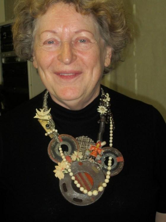 Marjan Unger draagt Bariloche, halssieraad van Tota Reciclados, 14 mei 2013, portret