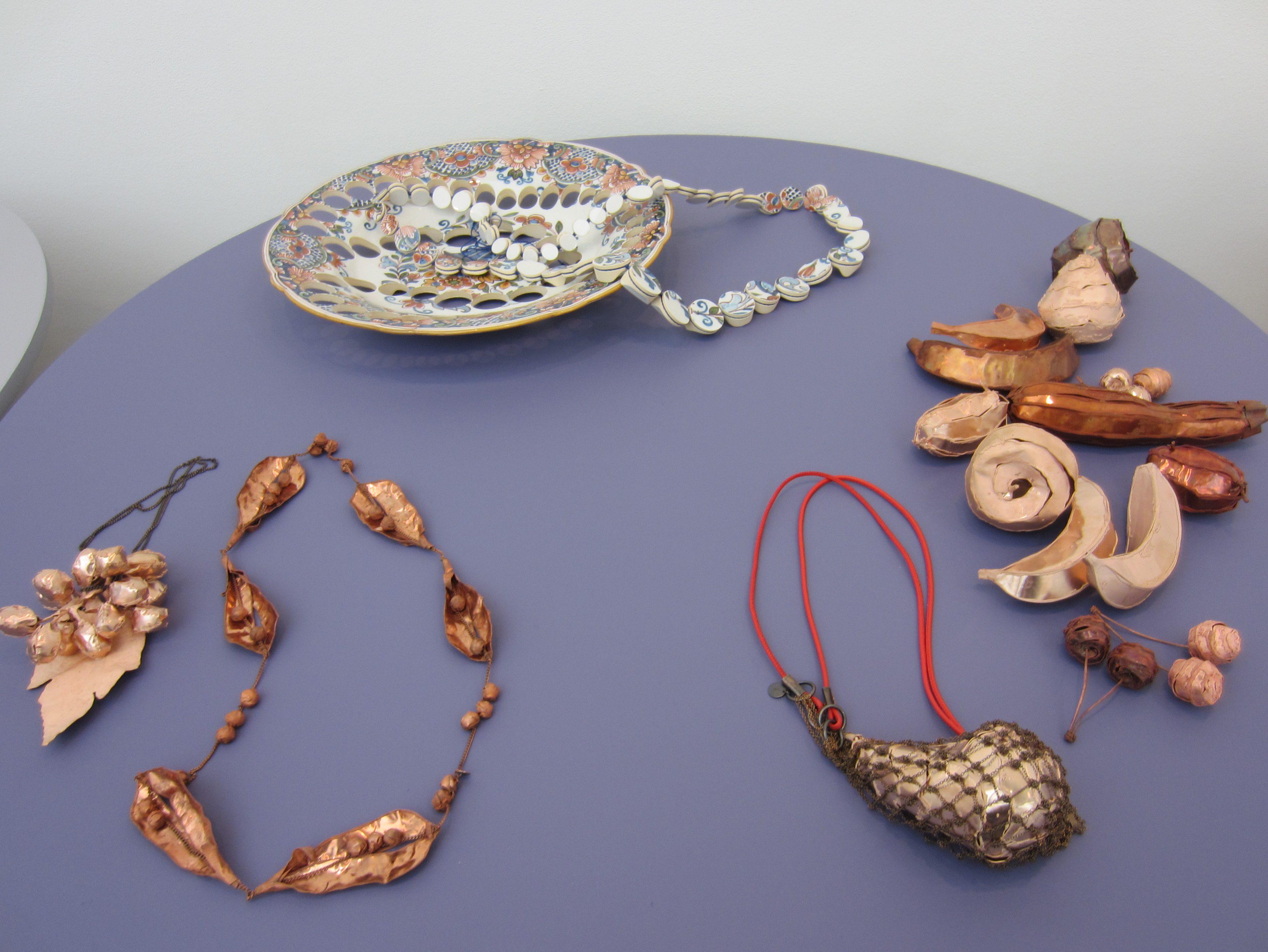Gésine Hackenberg opgesteld door Galerie Ra, beurs, metaal, keramiek, textiel, halssieraden
