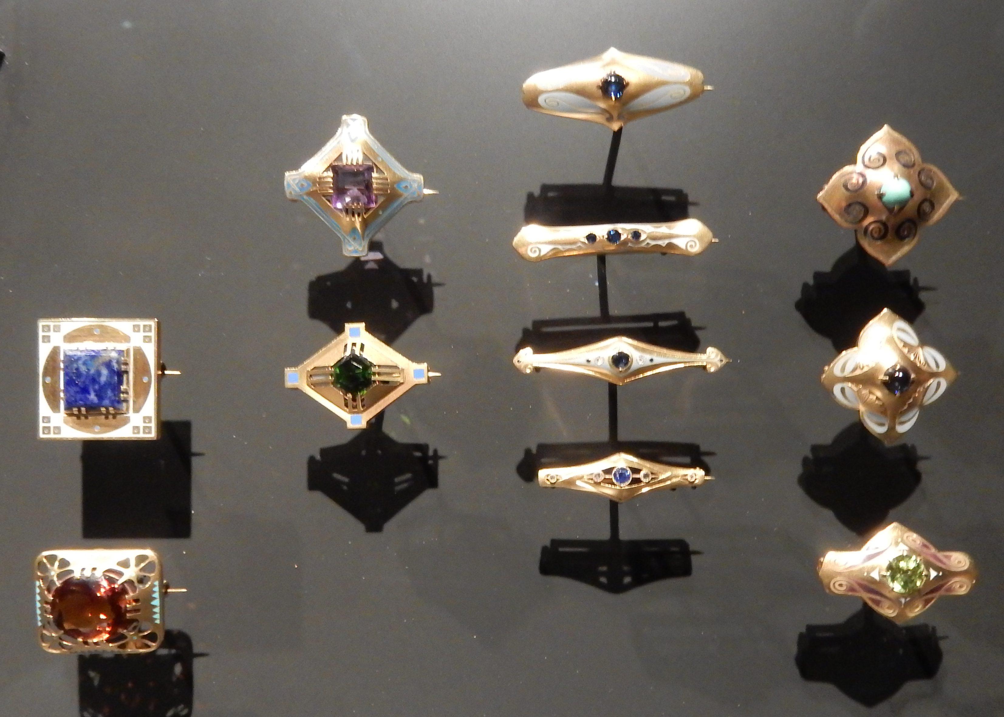 Bert Nienhuis, broches. Special Collections, Rijksmuseum Amsterdam, 2016, metaal, steen, email