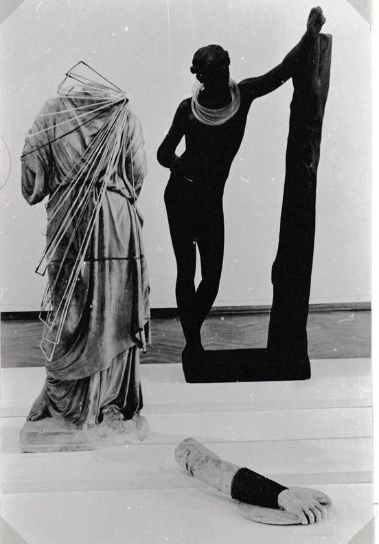 Lam de Wolf (links), draagbaar object, Visies op sieraden, Stedelijk Museum, 1982, gipsafgietsels, tentoonstelling, foto Liesbeth den Besten