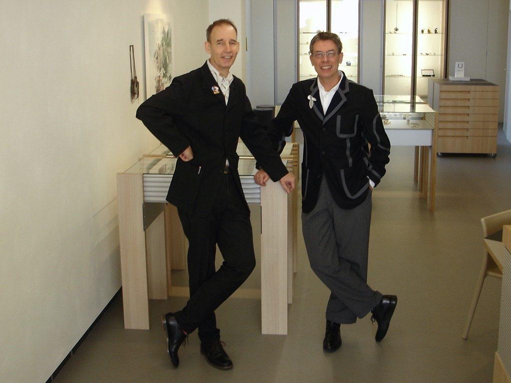 Ward Schrijver en Rob Koudijs tijdens de opening van Galerie Rob Koudijs, 2007, portret, interieur