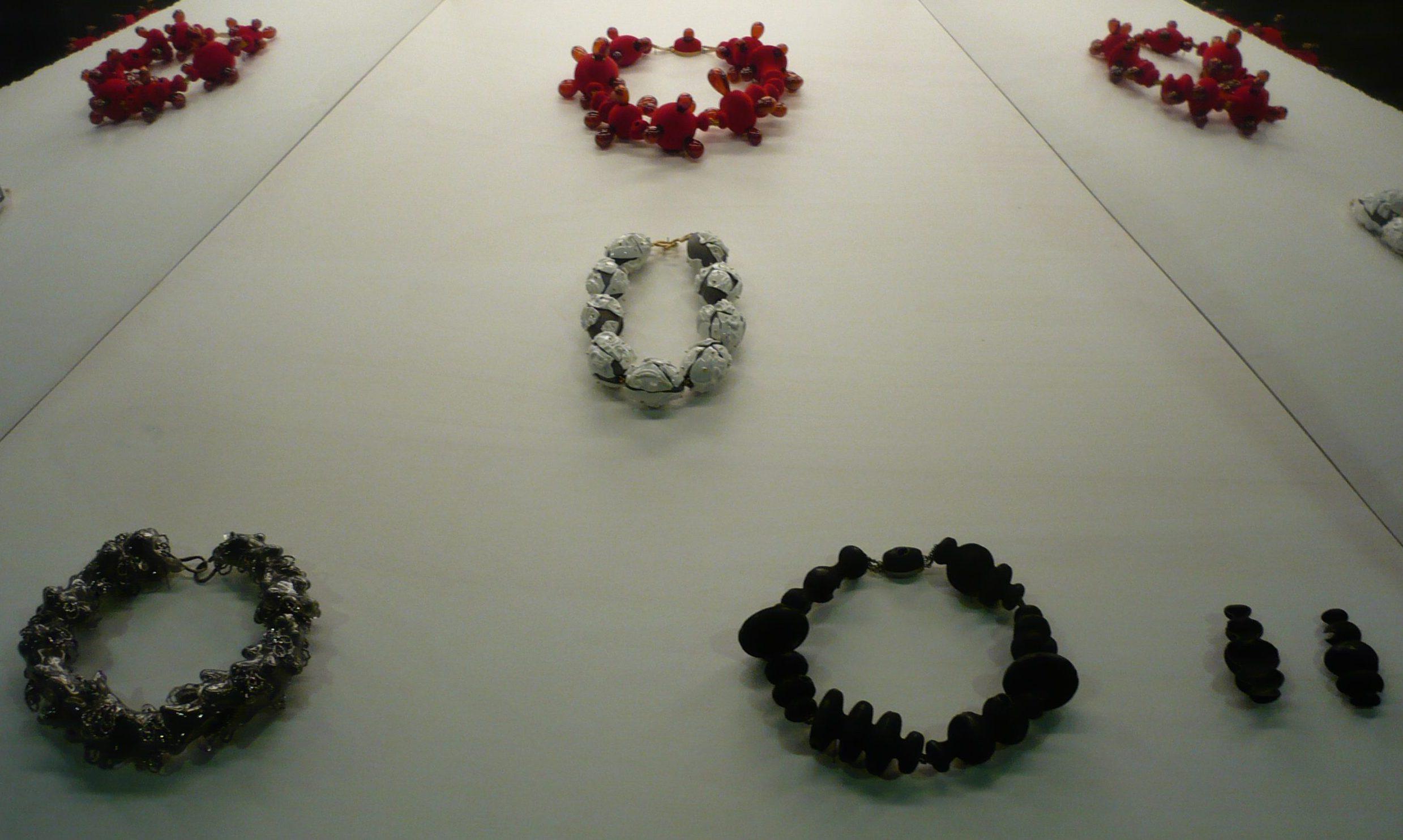 Evert Nijland, Gejaagd door de wind, 2009, halssieraden, tentoonstelling