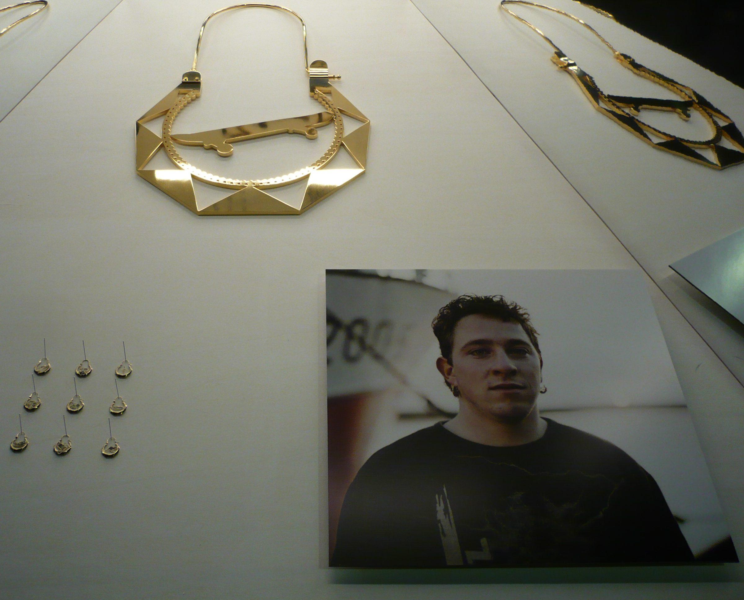 Ted Noten, Gejaagd door de wind, 2009, halssieraad, foto, vitrine, tentoonstelling