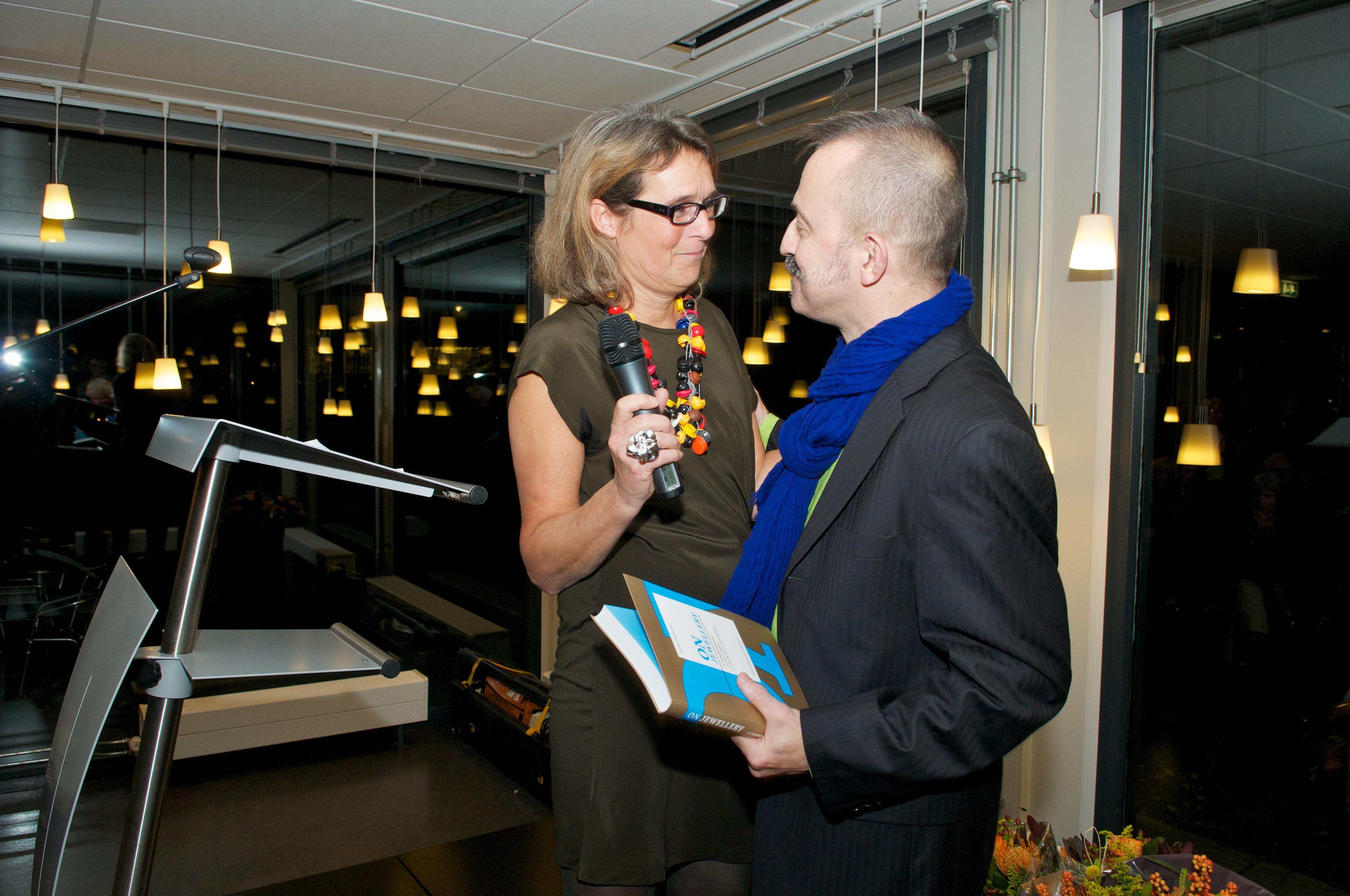 Liesbeth den Besten en Paul Derrez tijdens de boekpresentatie en de opening Ontketend, Museum voor Moderne Kunst Arnhem, 4 november 2011, portret