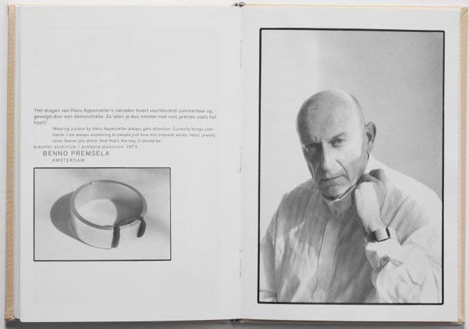 Benno Premsela met armband van Hans Appenzeller, 1989, portret, foto Willem Diepraam, drukwerk, papier