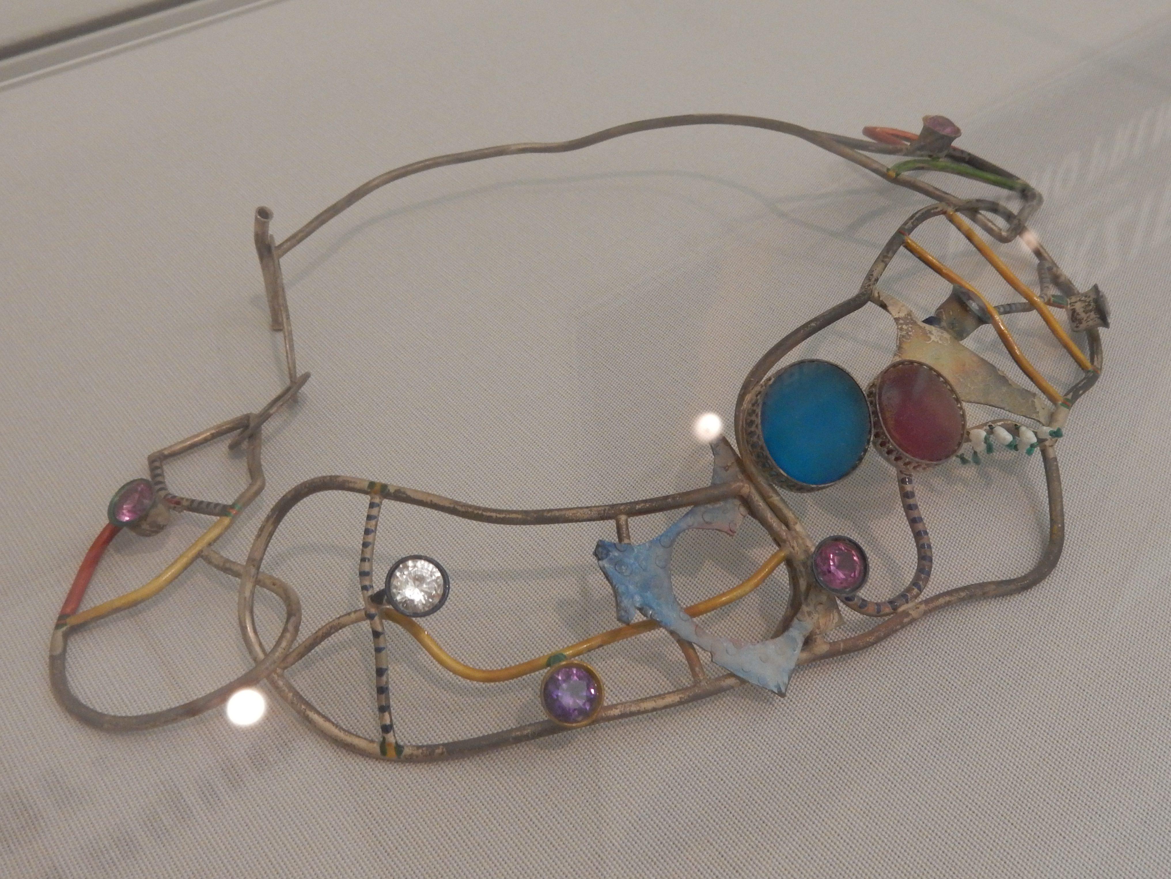 Marion Herbst, halssieraad, zilver, glas, en synthetische edelstenen, 1993. Stedelijk Museum Amsterdam, 2016, metaal
