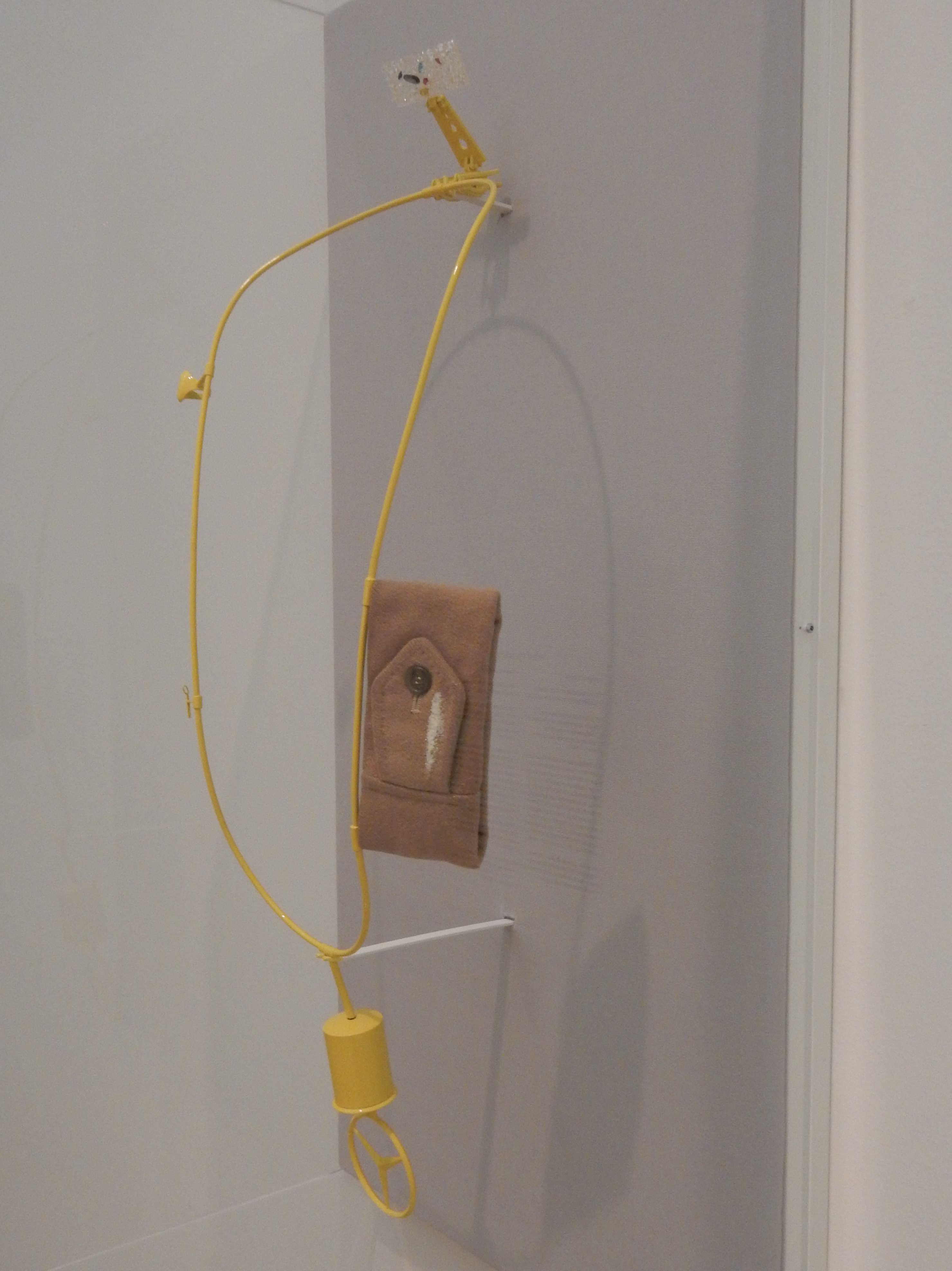 Ted Noten, Moskou, halssieraad, 2006. Stedelijk Museum Amsterdam, 2016, metaal, textiel, cocaïne