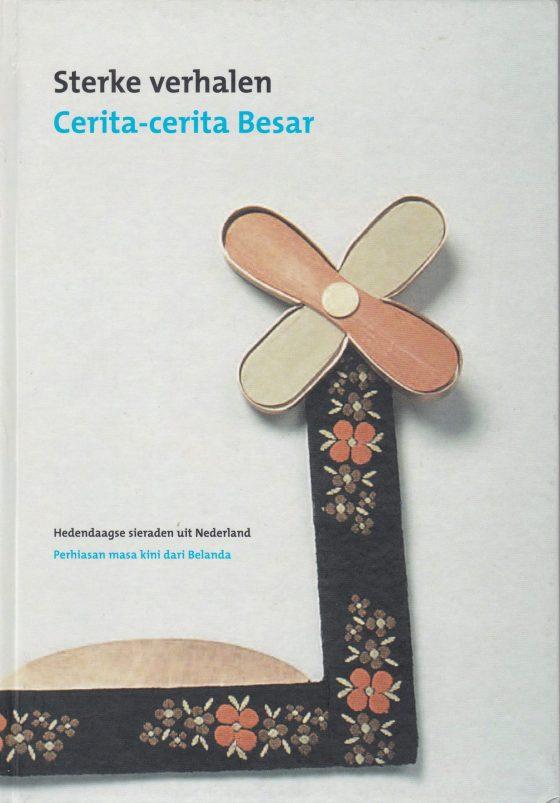 Omslag Sterke Verhalen, hedendaagse verhalende sieraden uit Nederland, 2006
