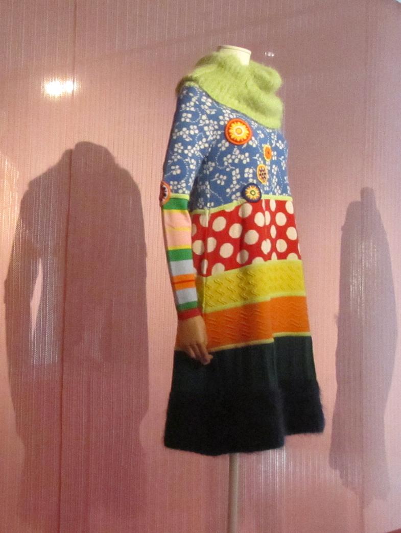 Walter van Beirendonck, Tricot in de Mode; jurk in het Mode Museum, Antwerpen