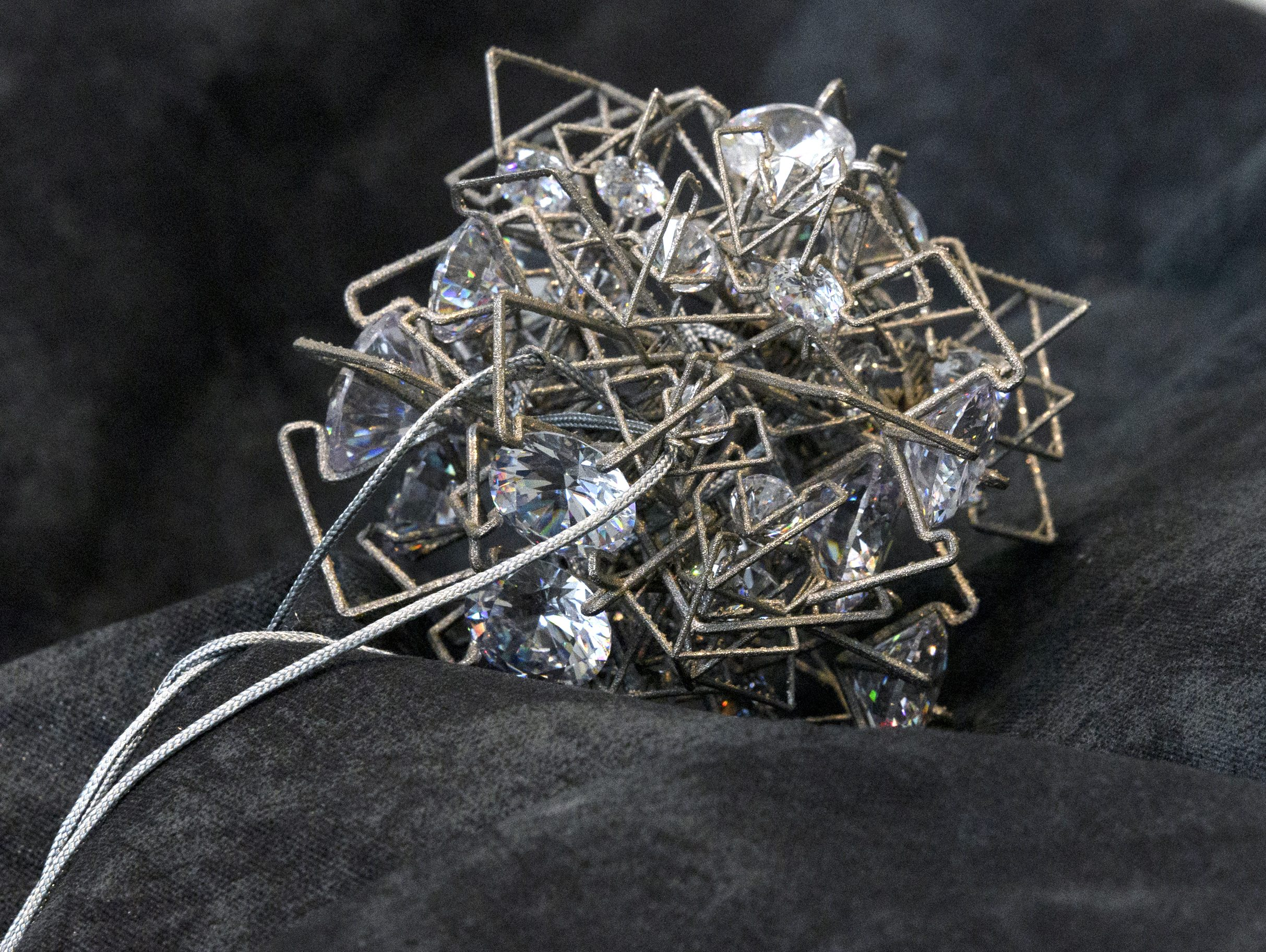 Cult, Adam Grinovich, tentoonstelling, synthetische steen, metaal, koord