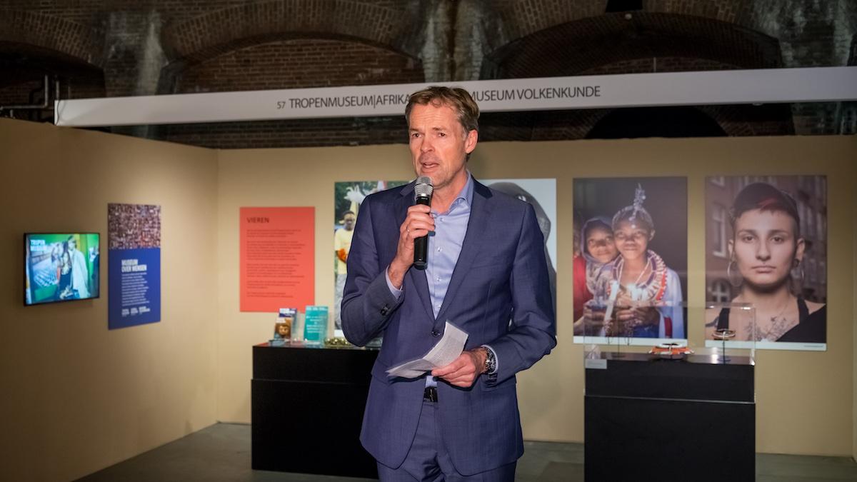 Stijn Schoonderwoerd, directeur Tropenmuseum. Sieraad Art Fair tijdens de opening op 10 november 2016, foto Arjen Veldt, toespraak, beurs, Gashouder, Westergasfabriek, Amsterdam