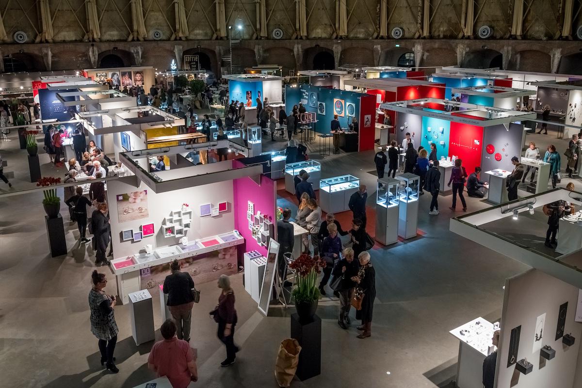 Sieraad Art Fair tijdens de opening op 10 november 2016, foto Arjen Veldt, beurs, Gashouder, Westergasfabriek, Amsterdam