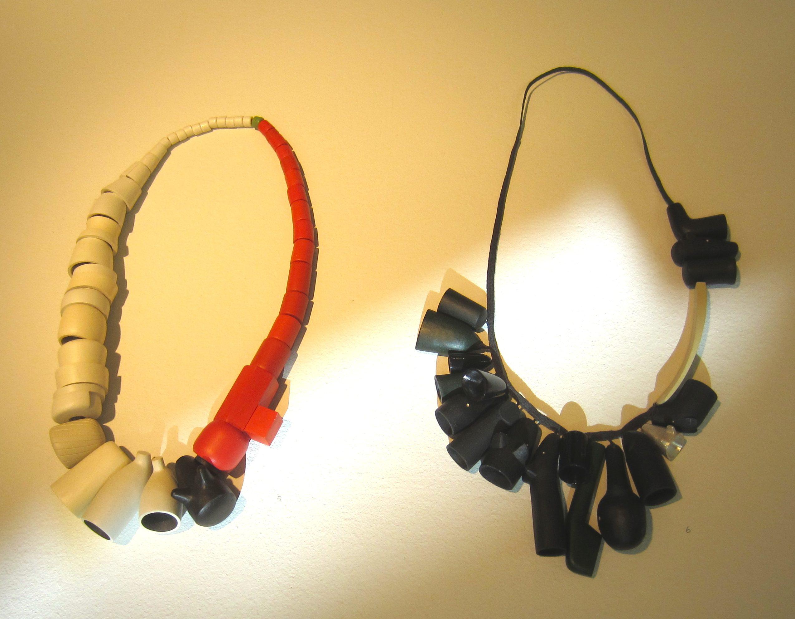Karin Herwegh, halssieraden, hout, verf, textiel