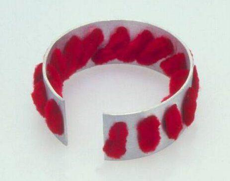 Lous Martin, armband, Serie Sieraad, 1974, textiel, metaal