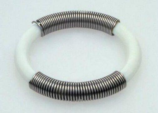Lous Martin, armband, Serie Sieraad, 1973, roestvrij staal, acrylaat, Collectie Design Museum Den Bosch, kunststof, roestvrij staal