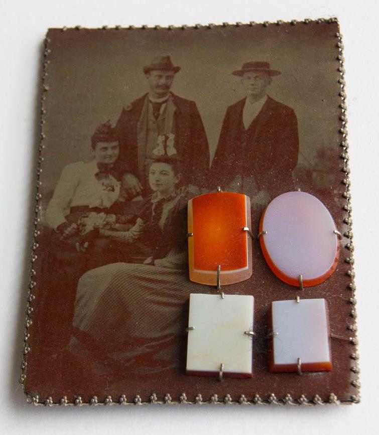 Bettina Speckner, Cameos, broche, 2006 voorzijde, metaal, steen