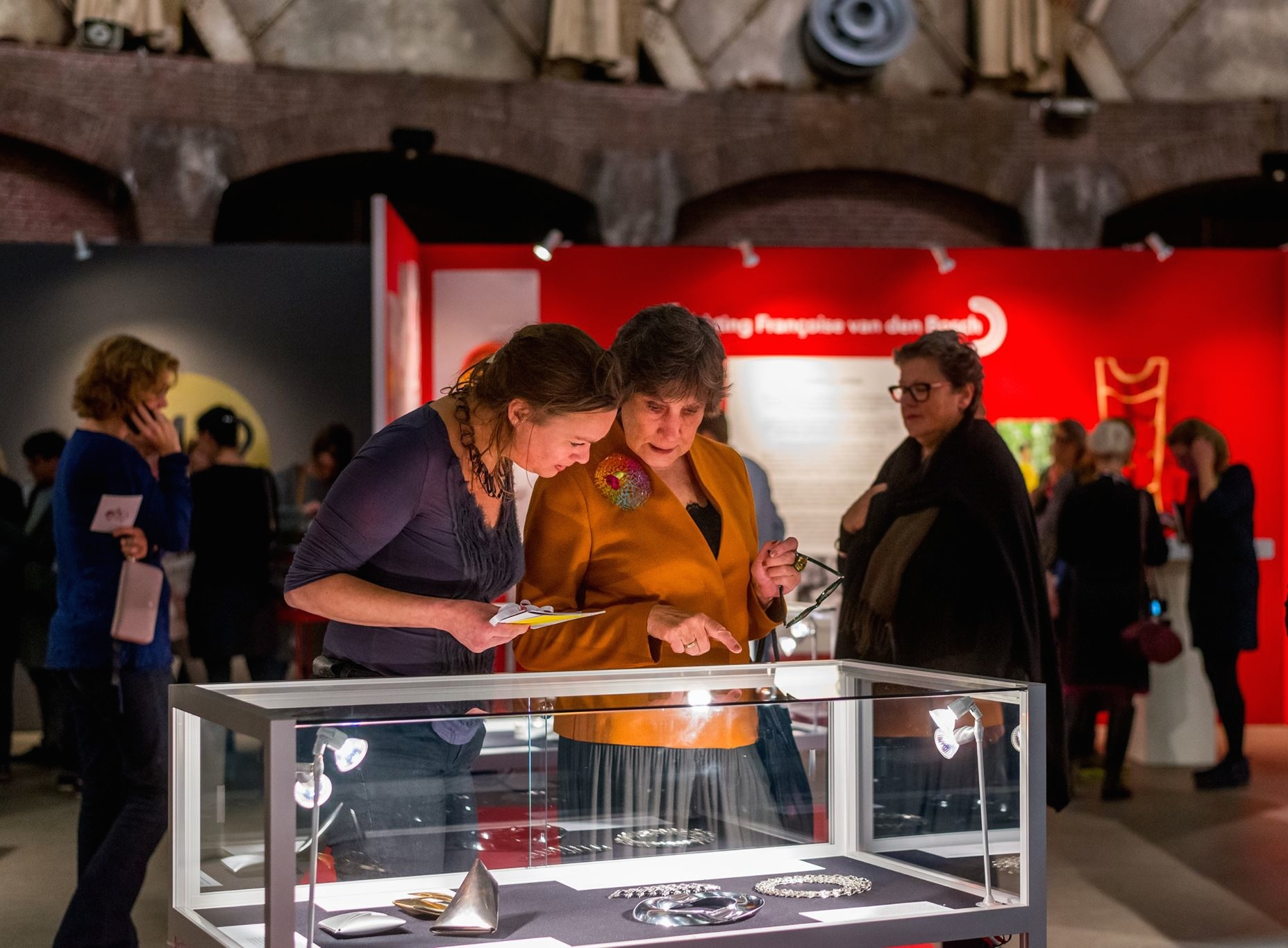 Sieraad Art Fair 2015, Esther Doornbusch en Miecke Oosterman, beurs, portret, Gashouder, Westergasfabriek, Amsterdam, foto Arjen Veldt, vitrine, Françoise van den Bosch