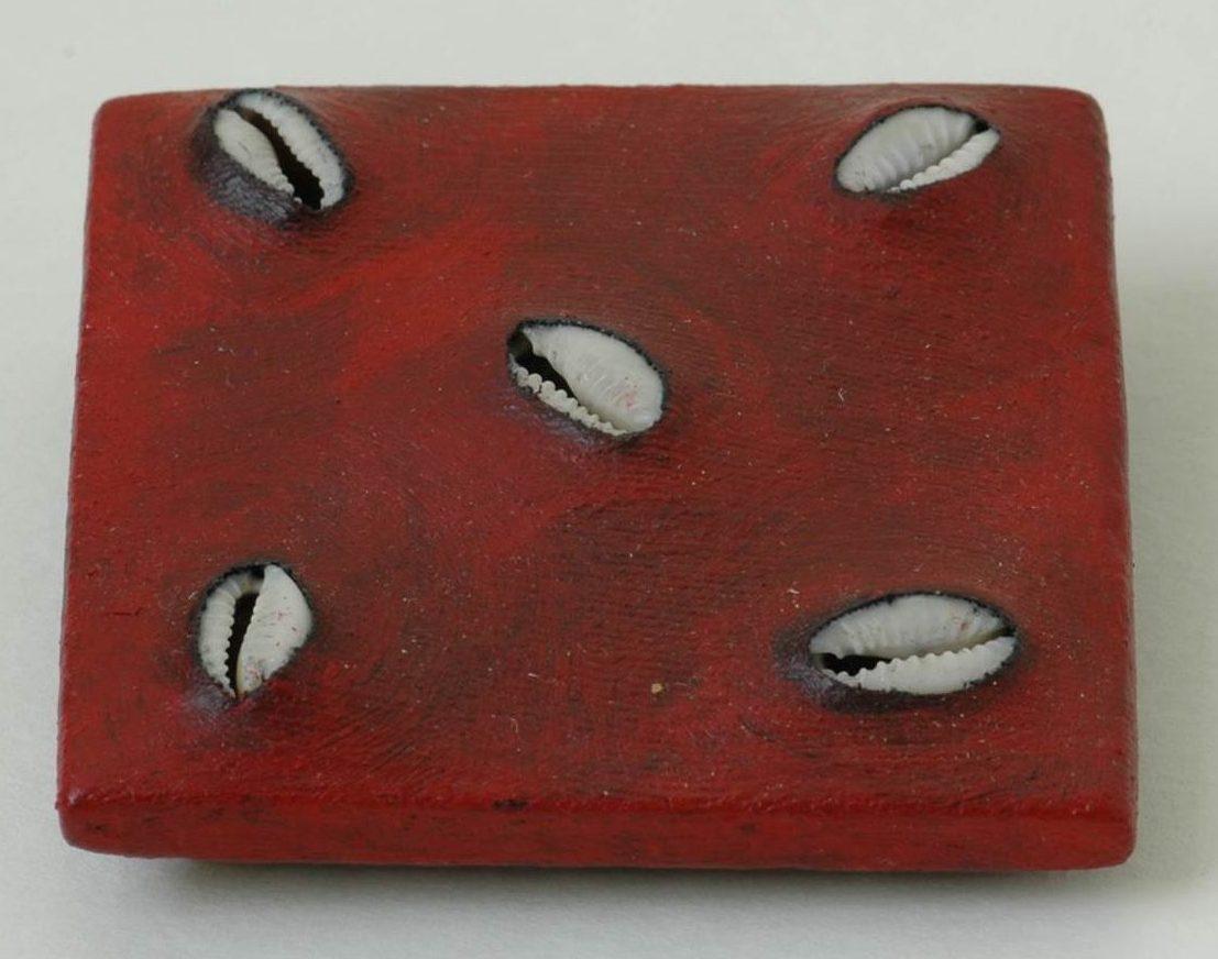 Beppe Kessler, Red sea, broche, schelpen, canvas, verf, metaal