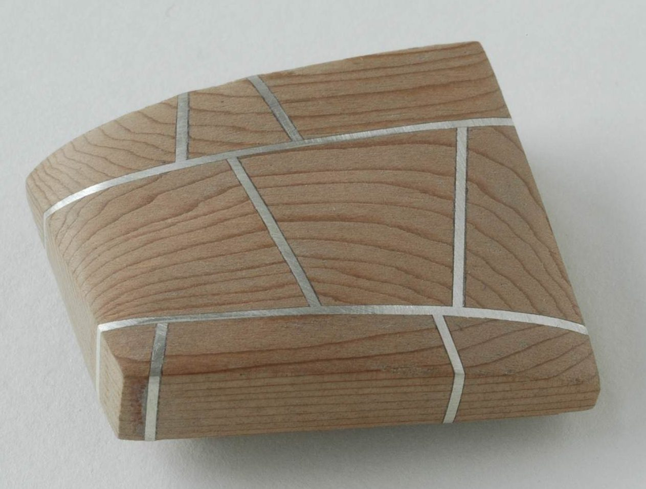 Beppe Kessler, Time and time again, broche, 2005, hout, metaal
