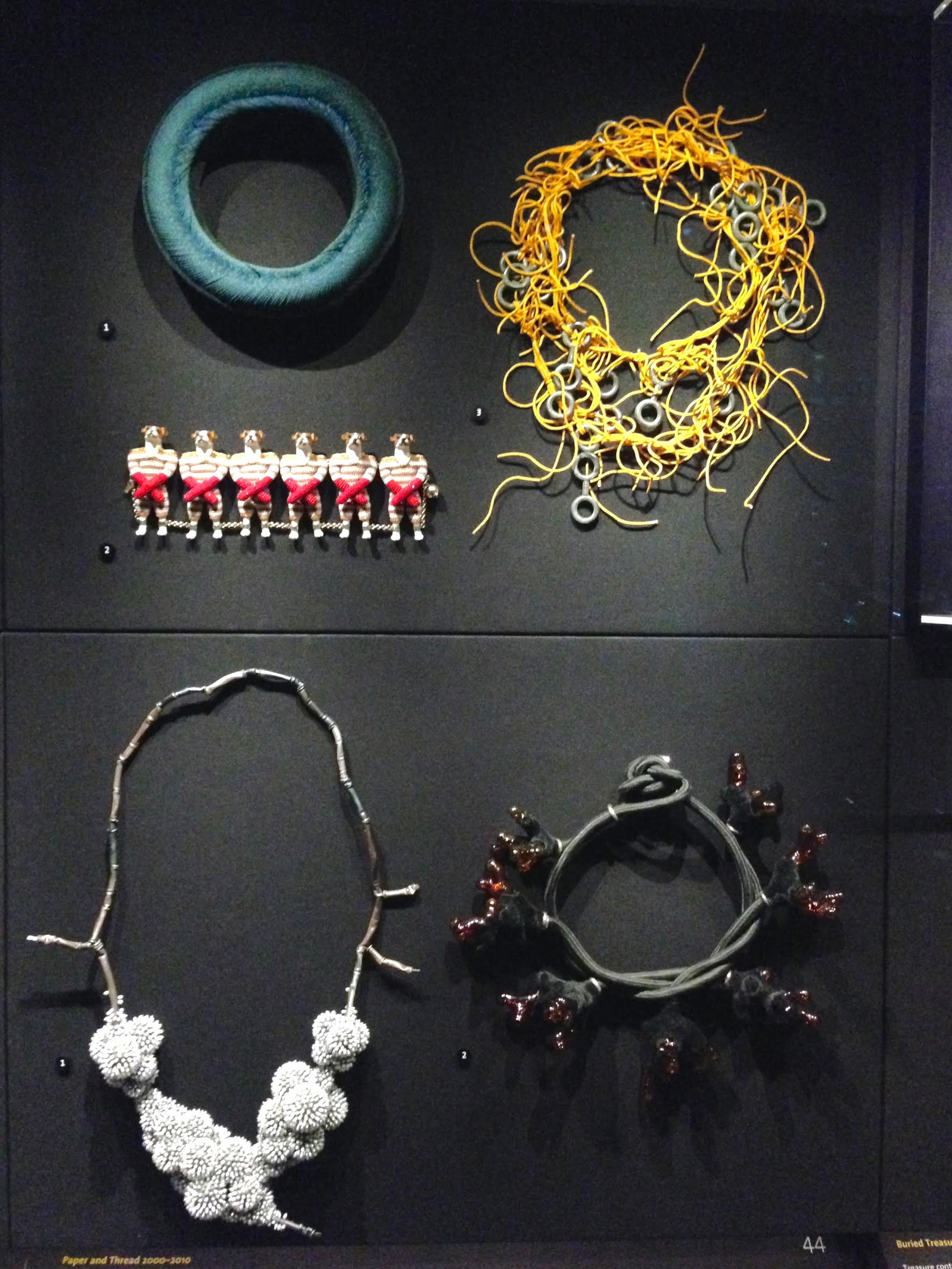 Linssen, Vilhena, Van der Leest, Duong en Nijland in V&A, vitrine, tentoonstelling, papier, kunststof, textiel, parels, zilver, glas