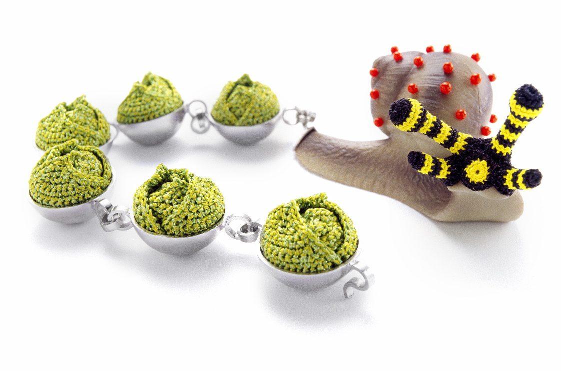 Felieke van der Leest, Slak-met-Spruitjes Trein, object met armband, 2006. Foto met dank aan CODA©