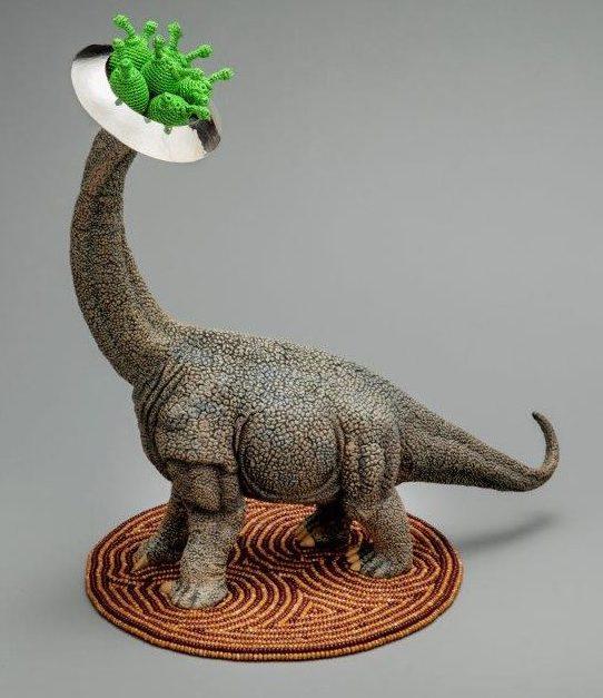 Felieke van der Leest, Brachiosaurus Boom met UFO Nest en Alien Eieren, object met broche, 2016. Fotografie Eddo Hartmann©