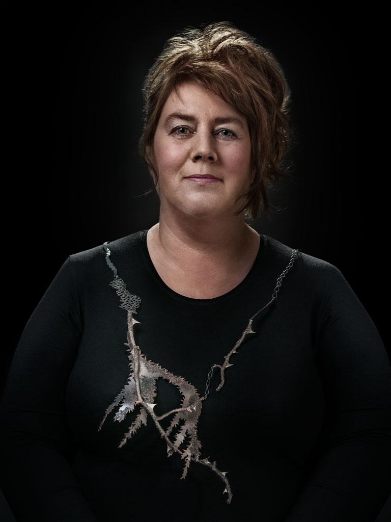 Hanna Hedman gedragen door Greet. Foto met dank aan Galerie Marzee, Johannes van Camp©