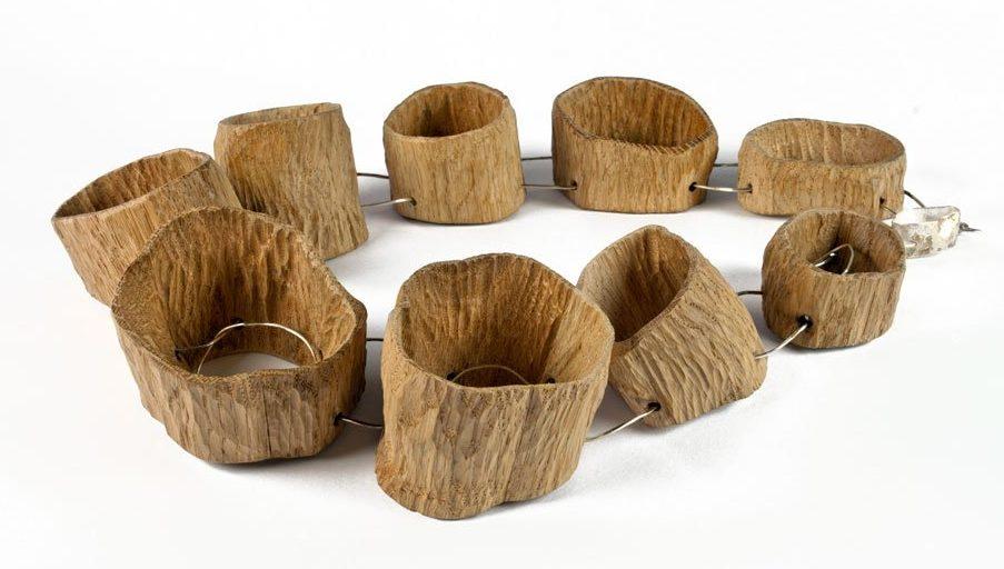 Antje Bräuer, Hohle Bäume, halssieraad, 2012, hout, metaal