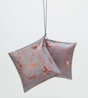 Nicole Beck, Two Pillows, hanger, 2016, metaal, koord