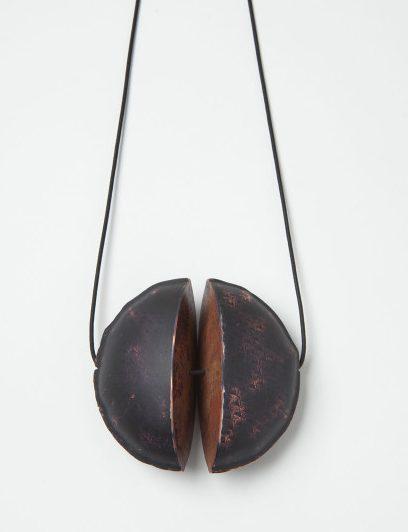 Nicole Beck, Black Moon, hanger, 2016, metaal, koord