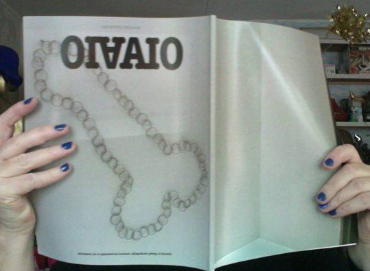Dinie Besems, OIAAIO magazine met kloteketting op de cover, foto Bettina Neumann, drukwerk, papier